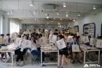 KT&G 장학재단 고교장학상상캠프 참여 학생들이 사랑의 에코백을 만 든후 단체 사진을 촬영하고 있다