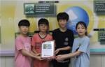 서울보라매초등학교가 희망사과나무 사랑의 동전 모으기 캠페인에 동참해 모금액을 전달했다. 사진은 희망나눔증서를 받은 서울보라매초 학생대표