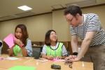 국립평창청소년수련원 올림픽영어캠프에 참가한 청소년이 원어민의 지도로 동계올림픽 성화 만들기를 하고 있다