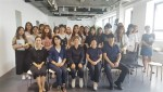 수원여자대학교가 중국 절강이공대서 패션 실무 프로그램 실시했다. 사진은 패션기업 실무 프로세스 현장 체험에서 학생들이 단체사진을 찍고 있다