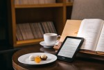 예스24가 제주신라호텔과 제휴를 통해 제주신라호텔의 부대시설을 이용하는 투숙객을 대상으로 전자책 단말기 크레마 카르타 플러스 무료 대여 서비스를 시작했다