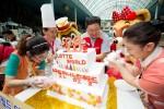 롯데월드 어드벤처가 장애인 캐스트들의 행복한 개원기념 파티를 개최했다