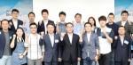 김민규 빛컨 대표(앞줄 오른쪽에서 세 번째)가 19일 열린 스타트업 투자유치 데모데이에서 황록 신용보증기금 이사장(앞줄 오른쪽에서 네 번째) 및 참가자들과 함께 기념 촬영을 하고 있다
