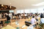 리모델링 된 본사 1층에 새롭게 문을 연 카페테리아에서 임직원들이 차를 마시며 대화를 나누고 있다