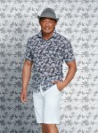 그린조이 모델 추성훈이 캐주얼 반팔 셔츠를 선보이고 있다