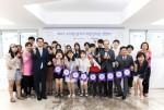 소아암 완치자 희망장학금 전달식에 참석한 참가자들이 단체사진을 촬영하고 있다
