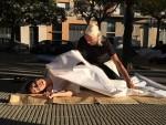서울문화재단이 서울거리예술축제 2017의 국내 공식 초청작 마사지사에 참여할 시민 8명을 25일까지 모집한다. 사진은 서울거리예술축제 마사지사 공연