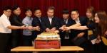 국립중앙청소년수련원 이교봉 원장과 직원들이 개원 기념 떡 케이크를 자르고 있다