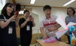 국립중앙청소년수련원에서 진행된 5개 국립수련원 활동프로그램 시연 중 국립청소년해양센터 저탄소 풍력발전기 프로그램에 참가한 지도자들이 전기생산량을 측정하고 있다