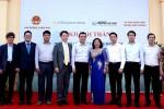 8월 25일 박재홍 KB국민은행 글로벌사업본부장(왼쪽부터 네번째), 응우엔 쑤언 타잉(Nguyen Xuan Thanh) 베트남 총리실 차관(왼쪽부터 다섯번째) 및 참석자들이 베트남 뚜엔꽝성에서 KB희망별학교 완공식 후 기념사진 촬영을 하고 있다