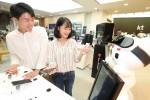 KT가 통신업계 최초로 인공지능 로봇 매장 지니스토어를 선보인다