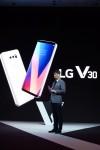 LG전자가 31일 독일 베를린에서 차기 전략 프리미엄 스마트폰 LG V30를 공개했다