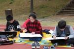 제1회 백일장 사생대회 참가자들이 국립평창청소년수련원 운동장에서 그림을 그리고 있다