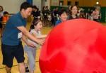 국립중앙청소년수련원 장애청소년 가족캠프 참가 가족들이 명랑운동회를 하며 즐거워하고 있다