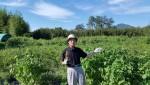 양철기 박사가 코넴-100을 농장에서 설명하고 있다