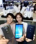 LG전자가 LG V30의 특장점을 직접 체험하는 기회를 마련하고 새로운 TV 광고를 공개하는 등 사전 인기몰이에 나선다