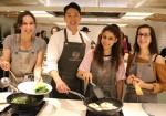 CJ제일제당이 서울시와 연계해 진행한 외국인 관광객 전통 명절음식 체험 쿠킹클래스에서 참가자들이 이강원 백설요리원 강사의 도움을 받아 버섯불고기비빔밥과 김치녹두전을 만들고 있다