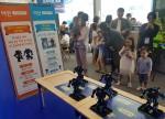 이안 유성에코시티 홍보관 VR-Zone 블루스크린 무대에 등장한 로보위즈 로봇원정대의 공연을 보며 어린이 관람객이 즐거워하고 있다