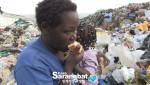 케냐 쓰레기마을에서 음식물 쓰레기를 주워 먹고 있는 미혼모