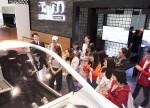 국내 거주 외국인 유학생들이 현재관에서 VR 기기를 통해 자율 주행 체험을 하고 있다