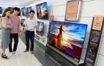 LG전자 올레드 TV가 국내에서 월판매량 1만대를 처음으로 넘어서며 대중화 속도를 높이고 있다