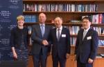 20일 스위스 제네바에 위치한 세계경제포럼 본부에서 KT- WEF 파트너십을 체결한 후 KT 황창규(왼쪽 세 번째) 회장과 WEF 클라우스 슈밥(왼쪽 두 번째) 회장이 악수를 하고 있다