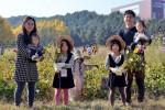 샘표가 유기농 콩농장에서 가을걷이 행사를 개최했다