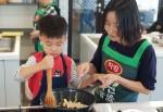 하림의 임직원과 소비자 가족으로 구성된 피오봉사단 4기가 10월 29일 서울 서대문구 이화여대 입구에 위치한 요리 아카데미에서 올해 활동을 마무리하는 해단식을 가졌다