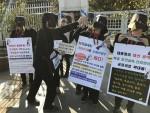 28일 서울정부청사 정문 앞에서 검은 옷을 입고 목에 붉은 밧줄을 감은 보건교사들의 가마우지 퍼포먼스