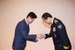 신일산업 하태빈 상무(왼쪽)가 이주민 인천경찰청장(오른쪽)에게 경찰의 날 감사장을 수상하고 있다