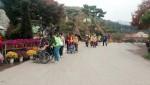 삼전종합사회복지관 이용 어르신들과 자원봉사자들이 산책을 하고 있다