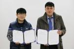 제홍민 희망이음 대표(오른쪽)와 박은성 구로구지역아동센터협의회 회장이 14일 구로구 관내 소외계층을 지원하는 내용의 업무협약을 체결한 뒤 기념촬영을 하고 있다