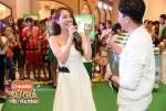롯데 베트남 찬리오X자일리톨 프로모션 론칭 행사에서 배우 냐 프엉이 제품을 들고 있는 모습
