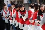 한국청소년연맹 임직원 및 한울회 대학생봉사자들이 사랑의 연탄을 배달하고 있다