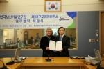 배선주 대구오페라하우스 대표(좌)와 이성일 한국생산기술연구원(우) 대표가 업무협약 체결 후 기념촬영을 하고 있다