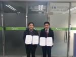 동명대 BIM건축사업단 임남기 단장(왼쪽)과 한국BIM교육평가원 최상식 이사 MOU 체결 후 기념촬영을 하고 있다