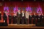힐케 얀센 메르세데스-벤츠 파이낸셜 서비스코리아 대표이사가11월 9일 서울 그랜드힐튼 컨벤션 센터에서 열린 시상식에서 대한민국 일하기 좋은 100대 기업 대상 상패를 들고 기념사진을 찍고 있다