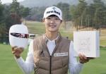 LG전자가 여성 골프선수들에 LG 프라엘을 전달했다. 사진은 박성현 선수