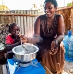 삼성전자가 케냐 몸바사 인근 빈민촌에 저탄소 친환경 쿡스토브 1만대를 지원한다