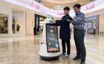 LG전자가 자체 개발한 안내로봇이 국내 최대 복합 쇼핑몰 스타필드 하남에서 고객들을 맞이한다
