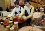 신세계가 한국여성소비자연합과 손잡고 김장 젓갈∙바다 바자회를 펼친다