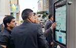 외국인 관광객들이 IoT 스마트 안내판을 사용하고 있다