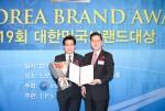 홍명식 이브자리 전무(왼쪽)가 노보텔 앰베서더 강남에서 열린 제19회 대한민국 브랜드 대상 시상식에서 장려상을 수상하고 있다