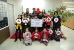 솔잎지역아동센터가 대구사회복지공도모금회에 이웃사랑 성금을 전달하고 있다