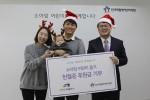 새천년카 김선호 대표 가족이 한국백혈병어린이재단 서선원 사무처장(우측)에게 헌혈증과 후원금을 전달하고 있다