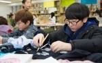 국립중앙청소년수련원 겨울방학 공예놀이터캠프 참가 청소년들이 홈패션 공예품 만들기 프로그램을 하고 있다