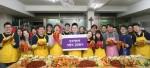 한국애브비 직원들이 요셉의원에서 치료받는 행려자, 노숙자, 외국인 근로자 등 건강 관련 소외 이웃과 시설 봉사자들을 위한 김장 봉사를 하고 있다