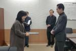 방송통신위원회 사무처장실에서 방통위 조경식 사무처장(오른쪽)으로부터 방통위원장 표창을 받고 있는 SK텔레콤 허선영 고객가치혁신실장