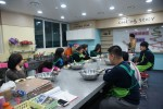 삼전복지관 '우다다' 아동들이 요리 수업을 듣고 있다