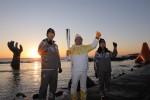 평창 동계올림픽 성화가 1월 1일 포항에서 2018년 첫 봉송을 시작했다